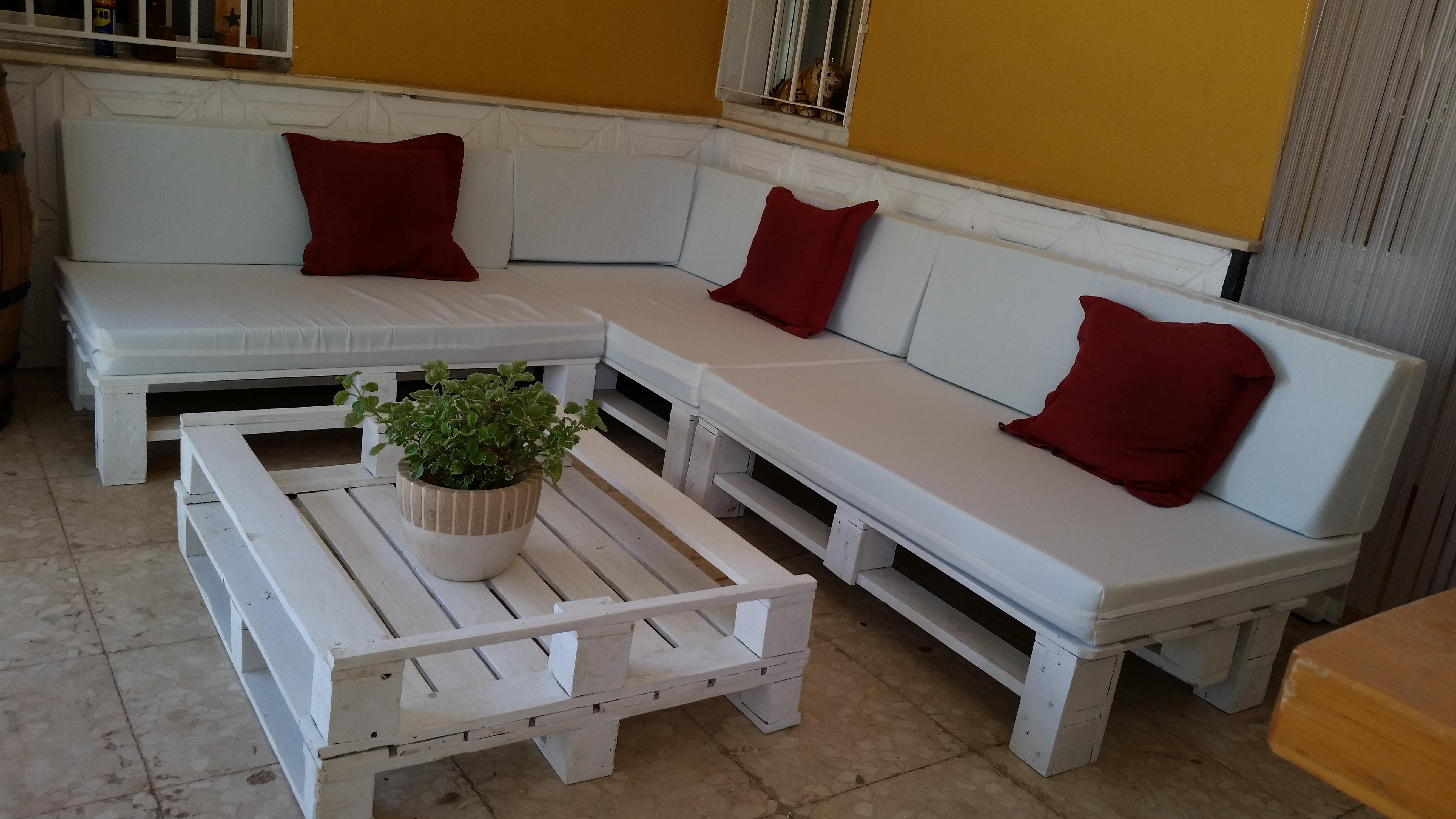 Mesas hechas con palets fabulous mesa palets chimenea - Sillones para terraza ...